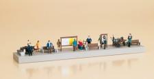 Auhagen 11339 Bahnsteigausstattung mit Figuren