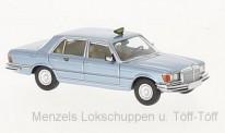 Brekina 13161-1 MB 450 SEL (W116) hellblau Taxa (DK)